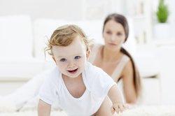 Baby, 10 Monate, krabbelt weg von Mama