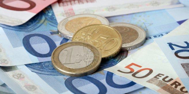 Mutterschaftsgeld: Geldscheine und Münzgeld