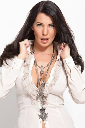 Giulia Siegel mit langen braunen Haaren und tiefem Seitenscheitel