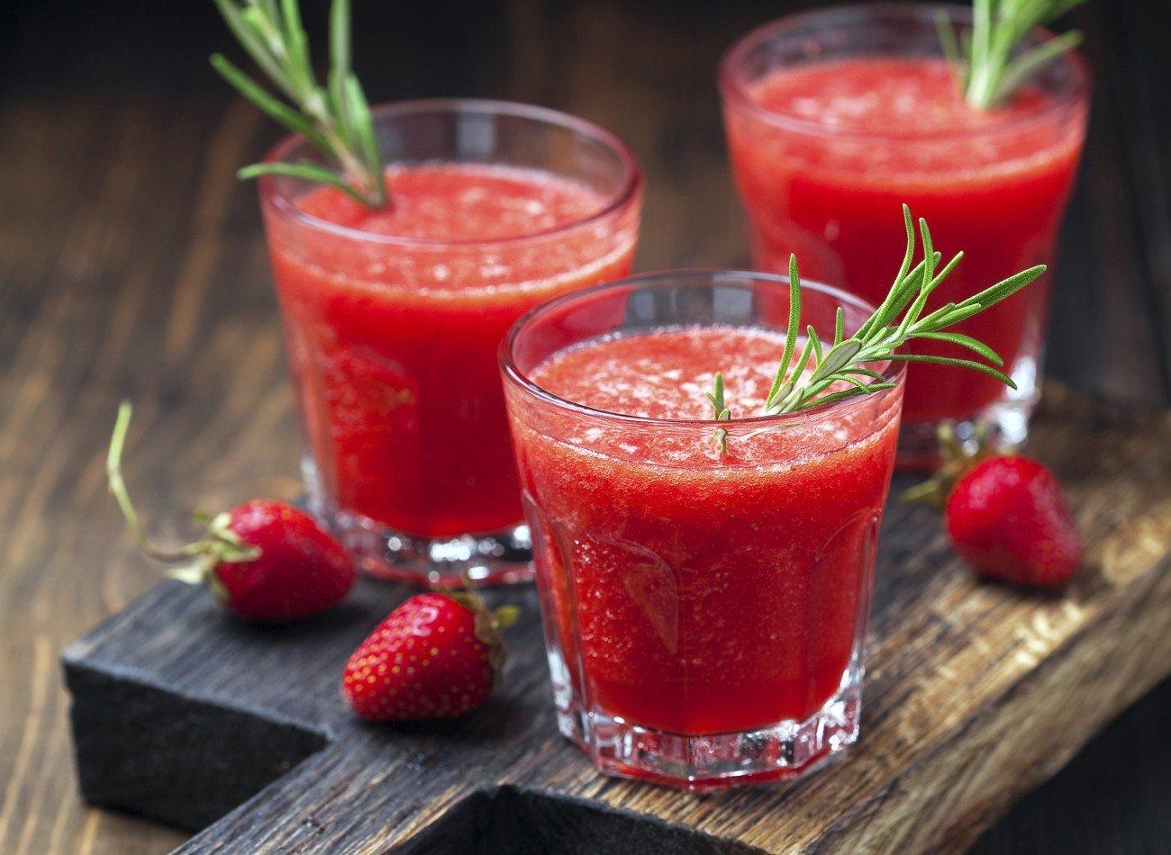 Erdbeerlimes mit Rosmarin