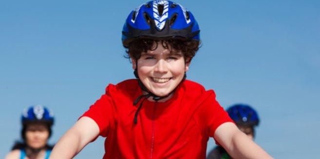 Fahrradprüfung: Junge fährt Fahrrad