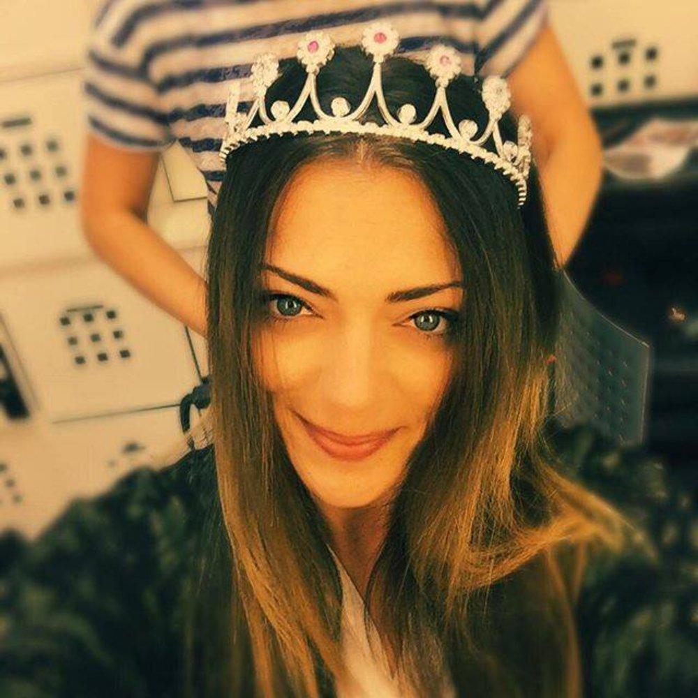 GZSZ-Star Anne Menden setzt sich die Krone auf