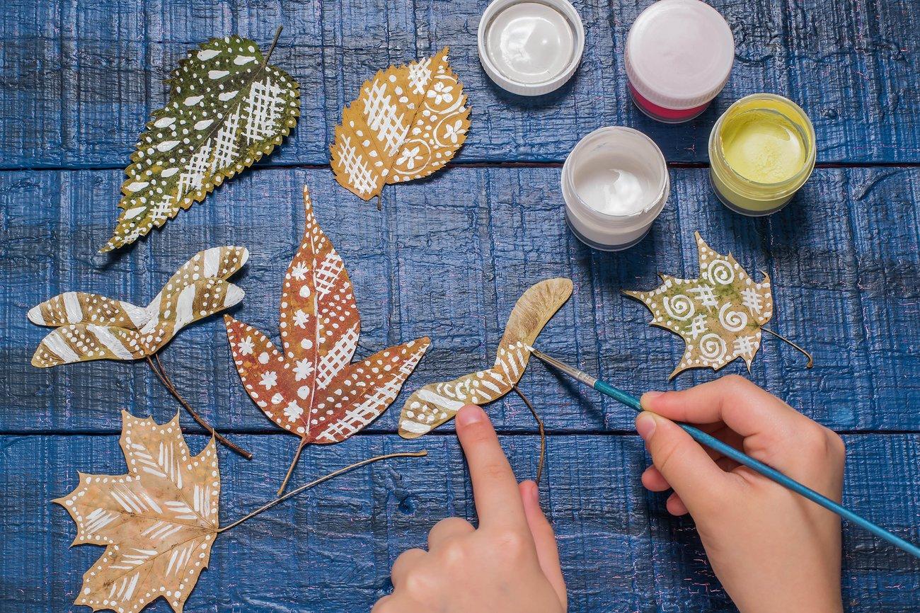 Blätter bemalen Herbstdeko selber machen