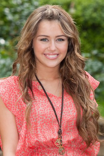 Miley Cyrus mit langen leicht gelockten Haaren
