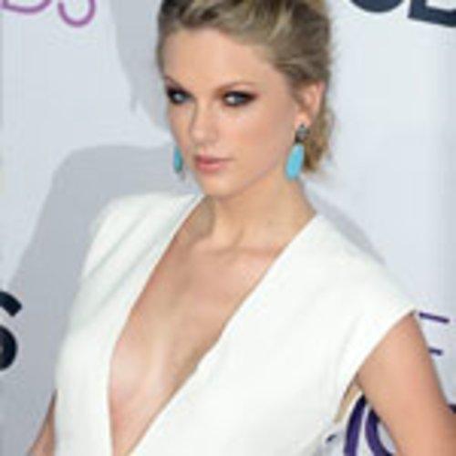 Taylor Swift bezaubernd und wunderschön. Die weiße Robe schmeichelt ihrer Figur, Make-up und Schmuck sind dezent und unterstreichen den Look. Sie hat alles richtig gemacht.