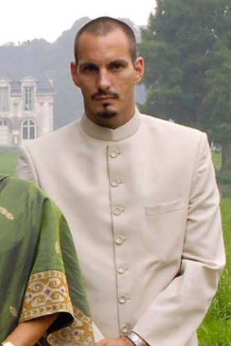 Er ist der älteste Sohn des Imam Karim Aga Khan: Prinz Rahim. Der 41-Jährige hat sich mit dem US-Supermodel Kendra Spears verlobt.