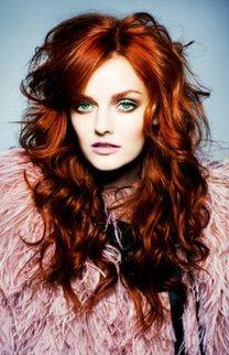 Lydia Hearst mit voluminöser roter Lockenmähne