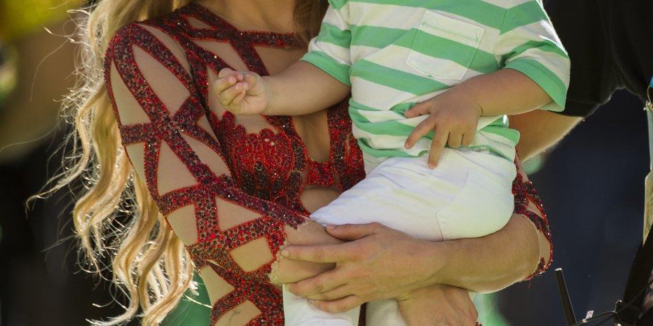 Shakira bringt ihrem Sohn das Lesen bei