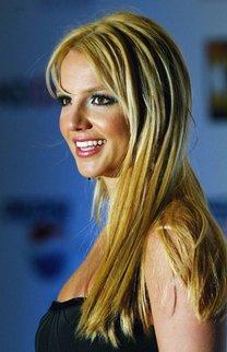 Britney Spears mit dunklen Strähnchen