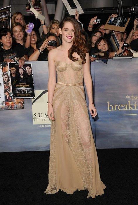 Kristen Stewart in einer nudefarbenen Robe