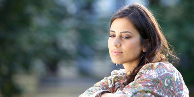 Unfruchtbarkeit der Frau: Nachdenkliche junge Frau