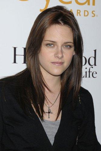 Kristen Stewart mit dunklem Sleek Look