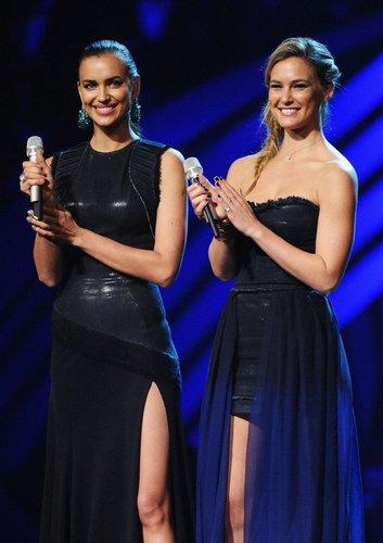 Bar Refaeli und Irina Shayk auf der Bühne der MTV EMAs 2011 in Belfast.