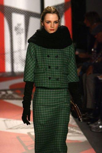 Tweed-Kostüm mit doppelter Knopfleisteim Audrey Hepburn Look von DKNY