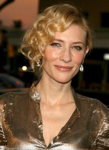 Cate Blanchett mit lockiger Hochsteckfrisur