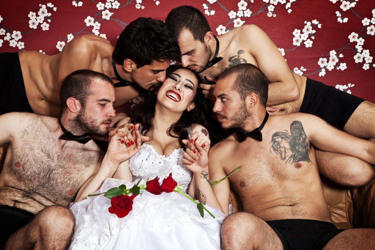 Braut mit vielen Männern