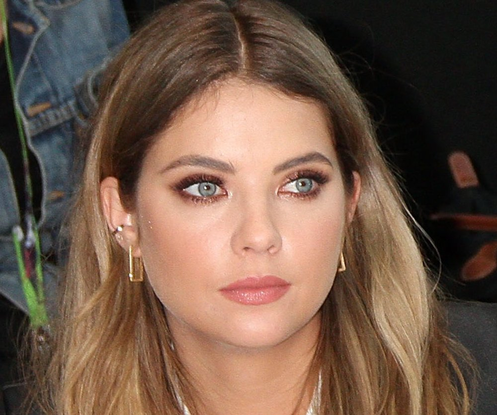 Ashley Benson mit Orbital-Piercing