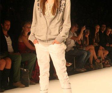 Mavi: Kapuzenpulli und weiße Jeans