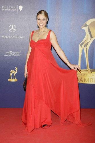 Ruth Moschner in einem roten Kleid.