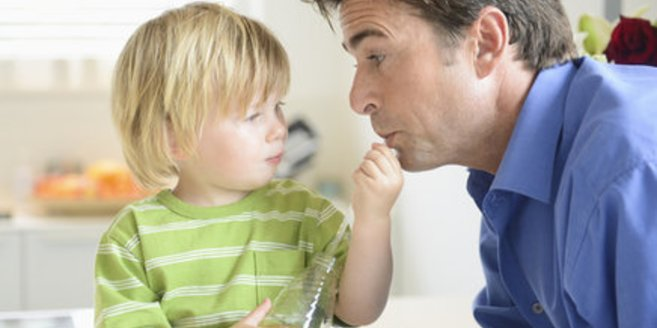 Alleinerziehende Väter nehmen im Haushalt Hilfe entgegen