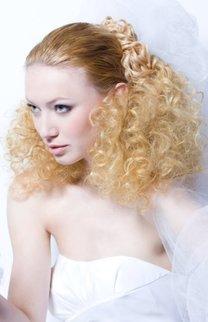 Brautfrisur in Blond mit Schleier