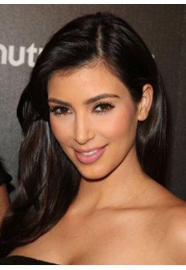 Kim Kardashian mit offenen Haaren und schwarzem Kleid auf dem roten Teppich