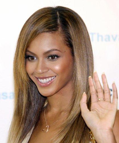 Beyonce Knowles mit glattem Haar und Seitenscheitel