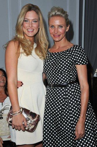 Bar Refaeli und Cameron Diaz schauen sich 2012 die Dior-Show auf der Pariser Modewoche an.