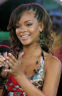 Rihanna mit langen lockigen Haaren mit seitlichen Flechtelementen