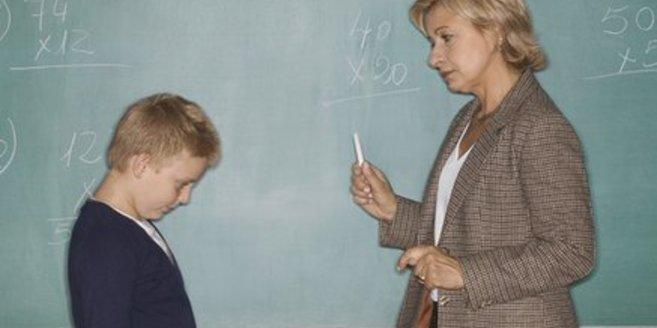 Probleme mit dem Lehrer: Schüler mit seiner Lehrerin.