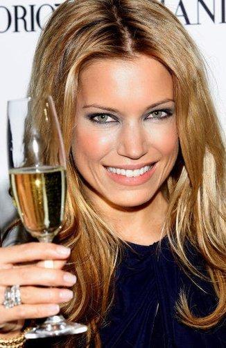 Sylvie Van der Vaart genießt 2009 in Madrid ein Glas Champagner.
