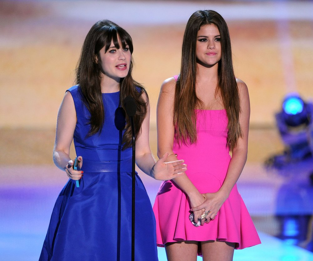 Selena Gomez ist mit Zooey Deschanel unterwegs
