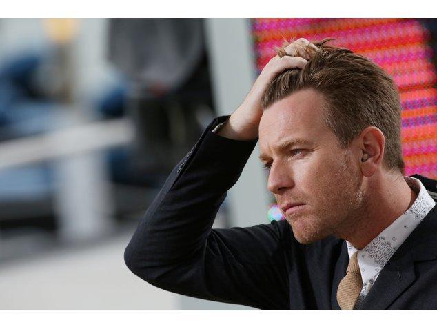 Ewan McGregor schaut nachdenklich.