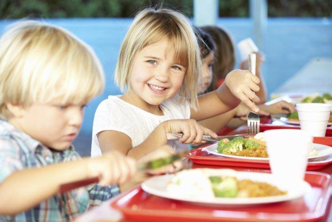 Gesunde Ernährung für Kinder: Kinder beim Essen im Kindergarten.