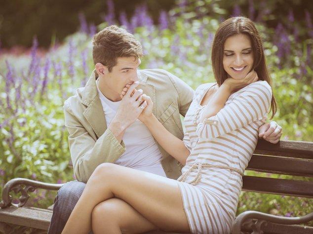 Mann küsst die Hand einer schönen Frau