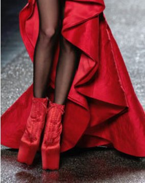 Rote Satin High Heels von nina Ricci bei der Fashion Week Paris