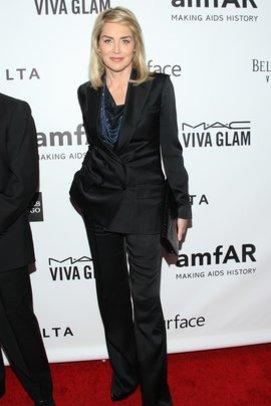 Sharon Stone in einem schwarzen Anzug