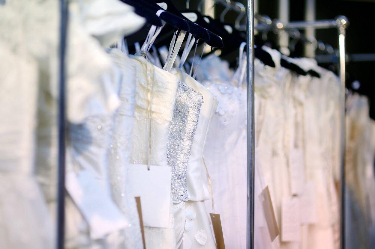 An vielen Ecken lässt sich sparen: Muss es wirklich ein neues Designer-Kleid sein?