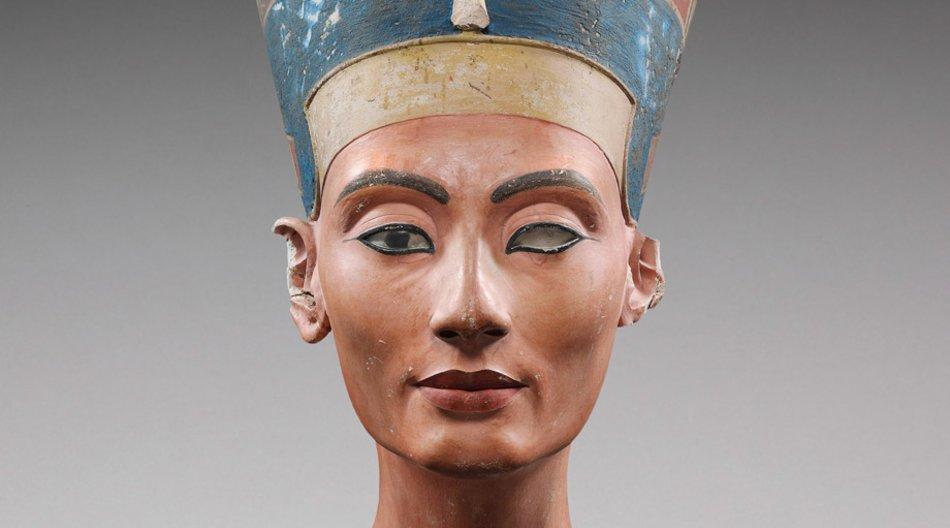 """Die Büste der Nofretete wird derzeit in der neuen Ausstellung """"Im Licht der Amarna: 100 Jahre Fund der Nofretete"""" ausgestellt."""