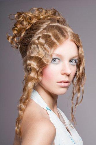 Brautfrisur mit gekreppten Haaren