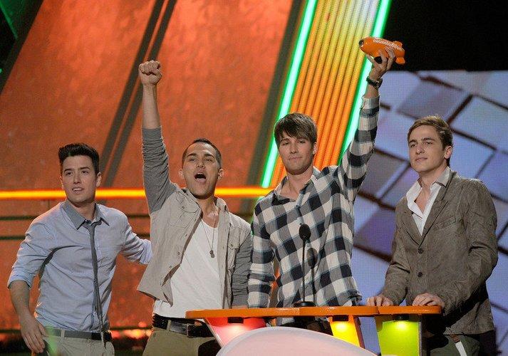 Die Big Time Rush-Mitglieder nehmen den Preis entgegen.