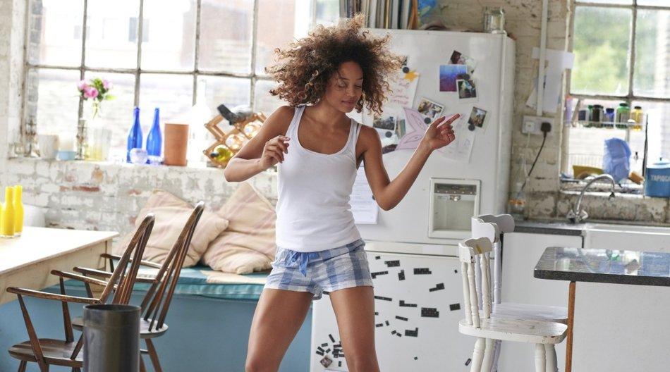 Frau tanzt in der Küche