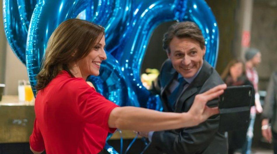 Die Schauspieler Ulrike Frank als Katrin Flemming und Wolfgang Bahro als Jo Gerner bei den Dreharbeiten zur 6000.