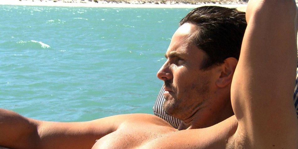 Der Bachelor: Jan Kralitschka muss sich am Flughafen gedulden
