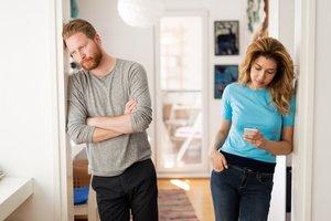 Paar streitet wegen Smartphone