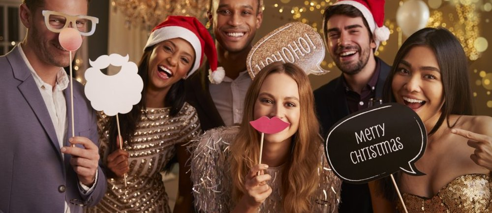 061823691097f33156d926c5e6_AnJlIDk1MCA0NzUDNDgwODYwZjFkNmU=_group-of-friends-dressing-up-for-christmas-party-together