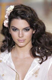 Kendall Jenner: Locken mit Blumenschmuck