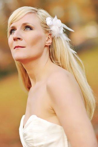 Brautfrisur mit weißem Fascinator