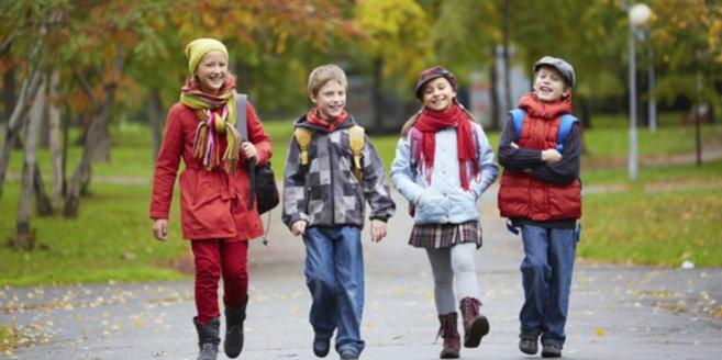 Kinder beim Schule schwänzen