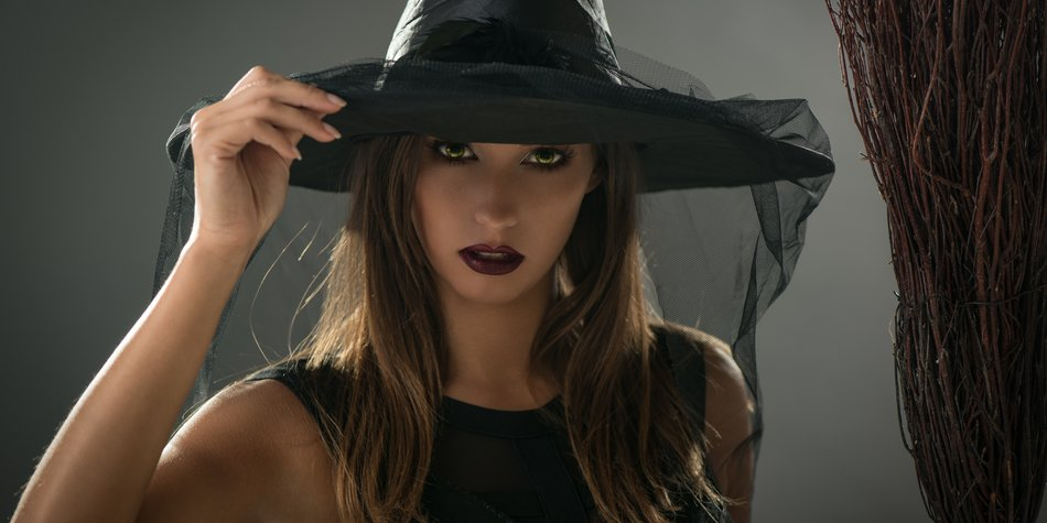Frau als Hexe verkleidet